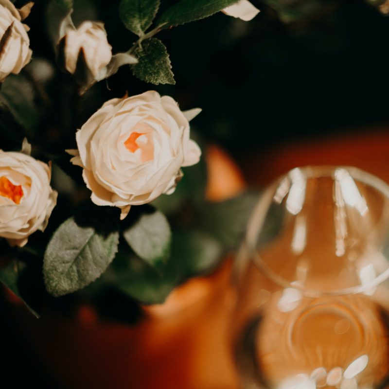 Envie Vinhos com suas Flores e Surpreenda com Sofisticação